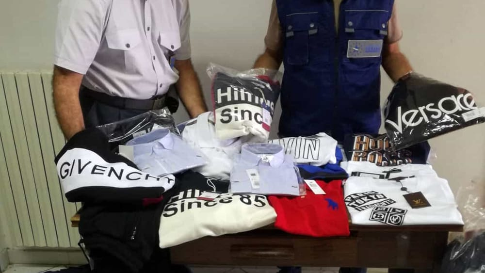acaf9515dd Magliette e vestiti taroccati con marchi di note firme: scattano i ...