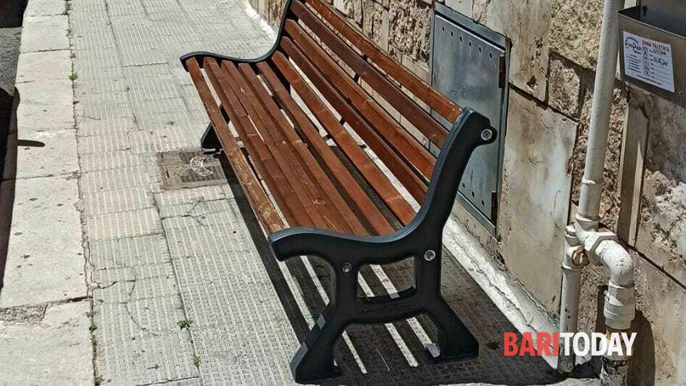 """Incredibile ma vero a Bari, rubano panchine pubbliche e si giustificano così: """"La sera la gente si sedeva e disturbava il vicinato"""""""