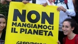 """greenpeace in piazza a bari invita a giocare con mistery food, il messaggio è """"non mangiamoci il pianeta""""-5"""