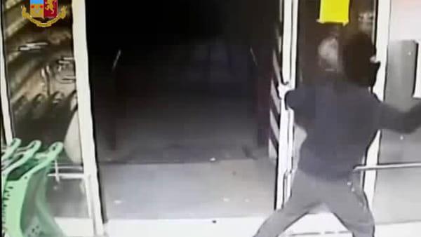 VIDEO | Rapine armate in due negozi a Bitonto: le immagini delle telecamere
