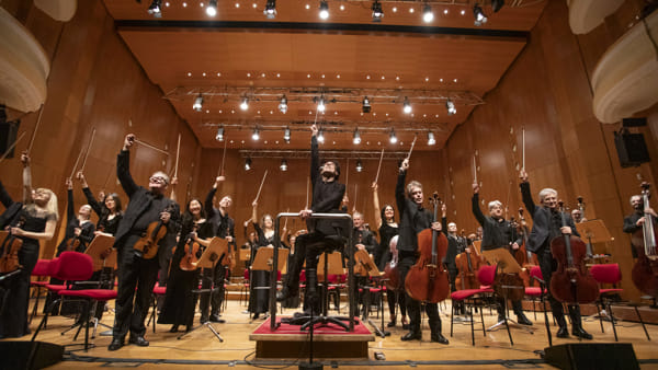 Ezio Bossoe la sua orchestra in un concerto di musica sinfonica ad Altamura