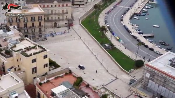 Bari dall'alto è deserta: piazza del Ferrarese, città vecchia e lungomare monitorate dall'elicottero dei Carabinieri