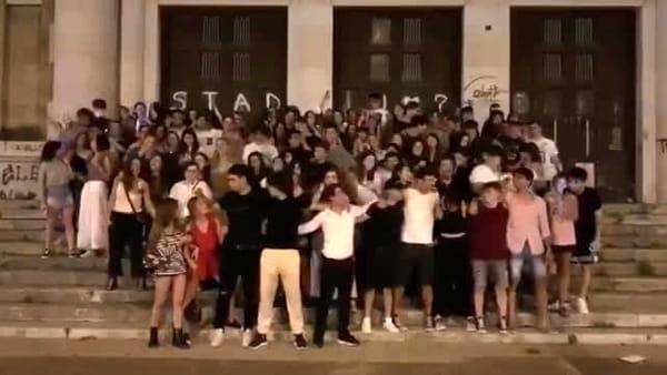 VIDEO | 'Notte prima degli esami' di Maturità in coro, gli studenti del Liceo 'Flacco' cantano Venditti
