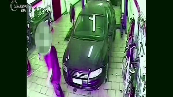 VIDEO | Adolescenti picchiati da baby gang in via Oberdan: l'aggressione ripresa dalle telecamere