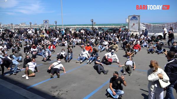 """Gli imprenditori 'crollano' sul pavimento: la protesta sul lungomare per i settori colpiti dalle chiusure Covid. L'appello: """"Servono aiuti"""""""