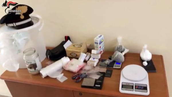Vede i carabinieri e fa inversione di marcia: nel box auto nascondeva cocaina e marijuana