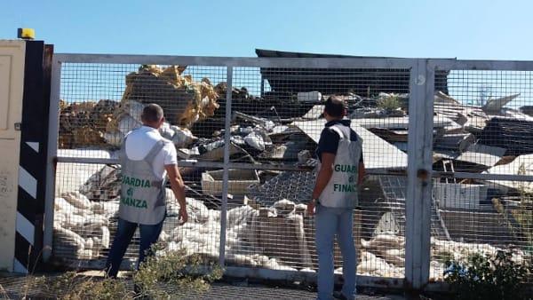 Finanzieri seguono camion 'sospetto' e scoprono una montagna di rifiuti speciali: erano accatastati illecitamente, evasa ecotassa