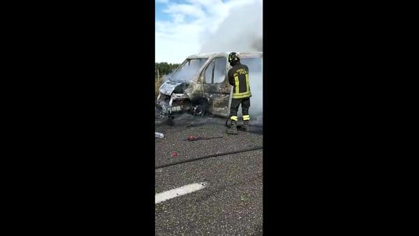 Assalto in autostrada, scontri tra tifosi di Bari e Lecce: pulmino incendiato e veicoli distrutti