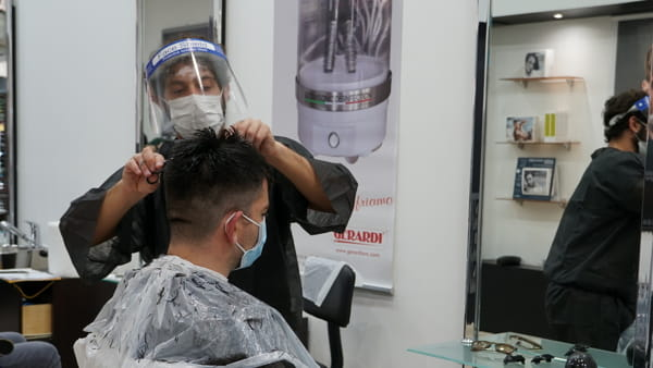 Dai 'kimono' protettivi per i clienti alle macchine sterilizzatrici: i parrucchieri riaprono nel segno della sicurezza