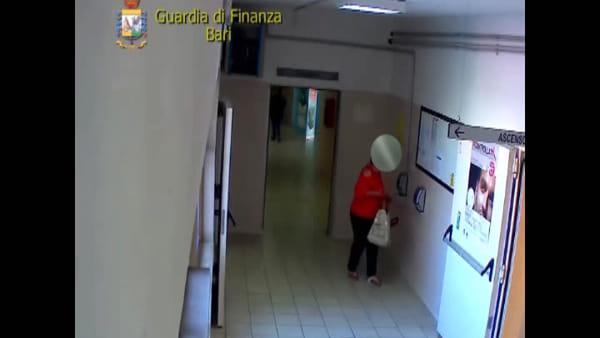 VIDEO | Molfetta, timbravano e lasciavano il posto di lavoro: i furbetti del cartellino incastrati dalle telecamere