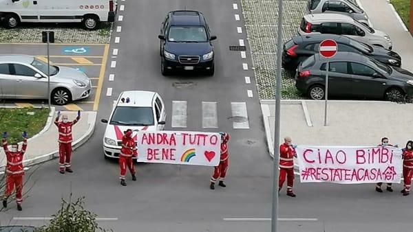 """""""Andrà tutto bene"""": i volontari della Croce Rossa portano in giro per la città il flash mob dedicato ai bambini"""