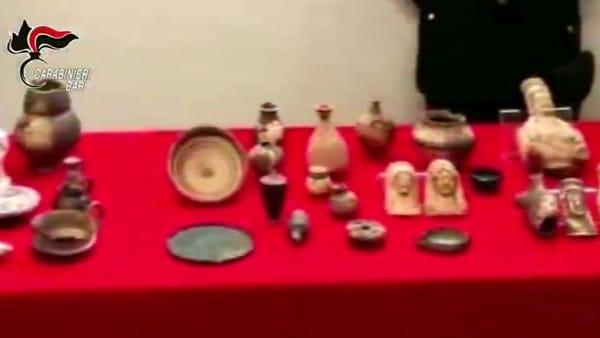 Anfore, brocche e monete romane: nel capannone un piccolo tesoro archeologico, nei guai 30enne