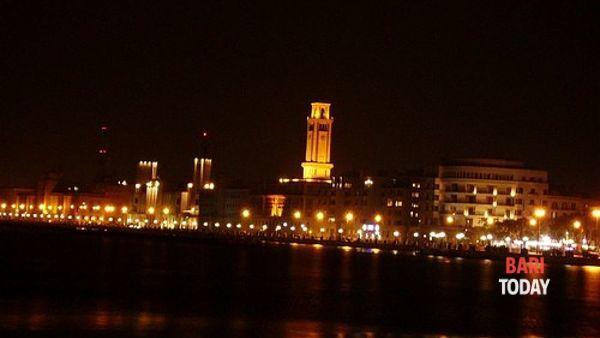 La Torre dell'orologioilluminata di viola per la Giornata mondiale di sensibilizzazione dedicata alle Malattie Infiammatorie Croniche dell'Intestino