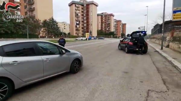 Divieti anti-Coronavirus violati, pioggia di denunce a Bari: cittadini beccati a giocare a carte nei circoli, a spasso in 'comitiva' o davanti al bar