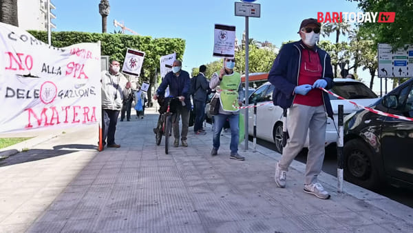 """""""Rimborsati con 18 centesimi ad azione"""": in centro la protesta contro Banca Popolare di Bari"""