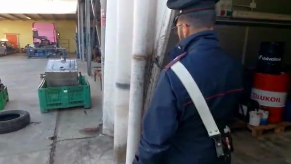 Tentano furto di detersivi in un capannone, sorpresi dai carabinieri: 37enne in manette, complici in fuga