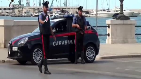 VIDEO | Rubavano portafogli a turisti nei bus Amtab, il furto immortalato dalle telecamere