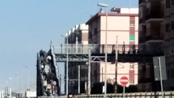 VIDEO | Il sovrappasso di viale Traiano è chiuso, i passanti scavalcano le recinzioni