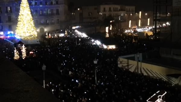 Show di musica e luci colorate, Bari accende il suo Albero di Natale: grande folla in piazza del Ferrarese