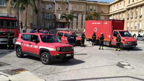 Sirene e applausi per medici e operatori del Policlinico di Bari: l'omaggio dei Vigili del Fuoco