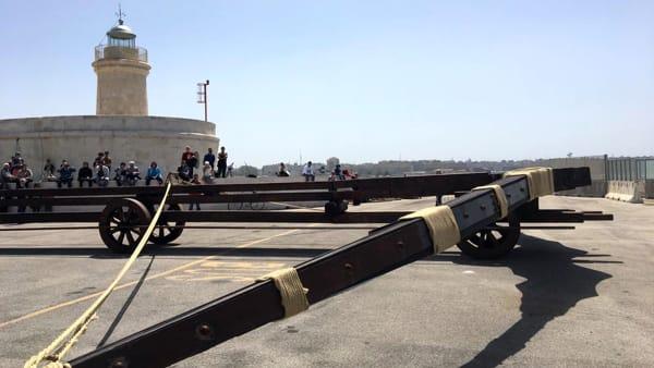 VIDEO   La maxi balestra di Leonardo da Vinci testata al porto: il lancio del 'proiettile'