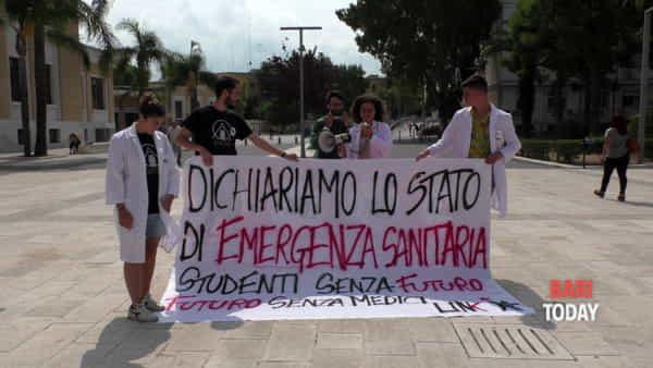 """Policlinico, studenti travestiti da dottori per protestare contro i test di ingresso a Medicina: """"No al numero chiuso"""""""
