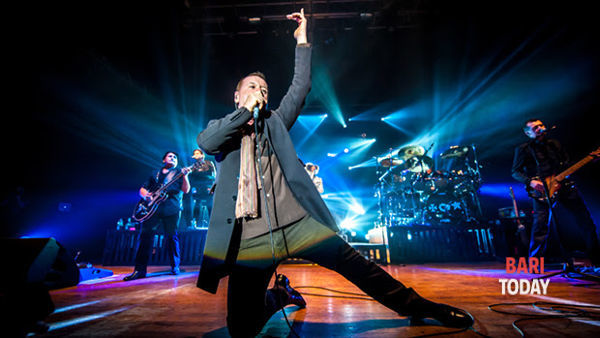 Simple Minds a Molfetta. Alla Banchina San Domenico, il live di Jim Kerr e della sua band