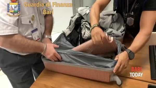 VIDEO | Vacanze in famiglia con una valigia piena d'eroina: scattano i sequestri all'aeroporto di Bari