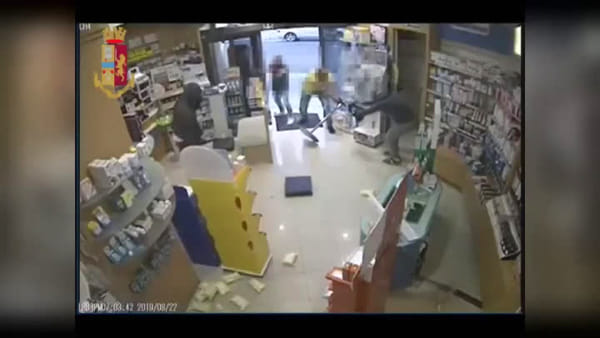 VIDEO | Assalto in farmacia a Casamassima: i rapinatori in azione e l'arrivo della polizia