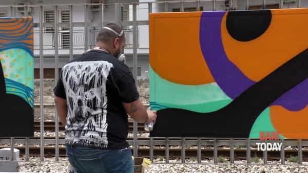 VIDEO | Dal grigio del cemento ai colori della street art: a Madonnella i murales di 'Lungolinea km 650'