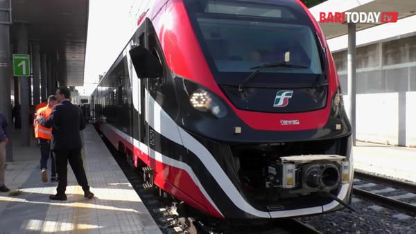 VIDEO | Debutta il treno elettrico di Ferrovie del Sud-Est: a bordo spazi bici, fasciatoi e piattaforme per i disabili