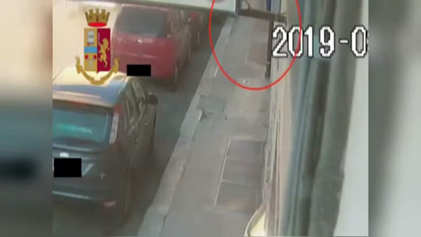 VIDEO | Pedinate e aggredite, rubano gioielli e borse a donne in centro: presi in due