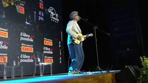 Niccolò Fabi suona (a sorpresa) sul palco del Libro Possibile: l'esibizione a Polignano
