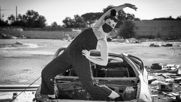 Danzare sul prato e al tramonto con Alessandra Gaeta: il format online Dance First Think Later diventa un workshop al Lab Urbano Rigenera