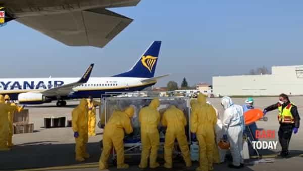 Due pazienti positivi al Covid-19 arrivati da Bergamo in biocontenimento: le immagini dell'atterraggio a Bari