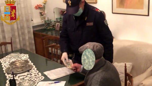 """""""La accompagno a casa?"""", scippa 97enne della pensione e fugge col complice: la polizia li cattura e restituisce i soldi al pensionato"""