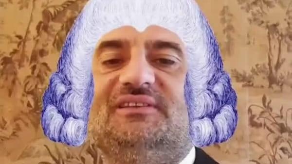 Il sindaco Decaro in parrucca vittoriana saluta i baresi: il nuovo filtro Instagram per l'inaugurazione del Piccinni