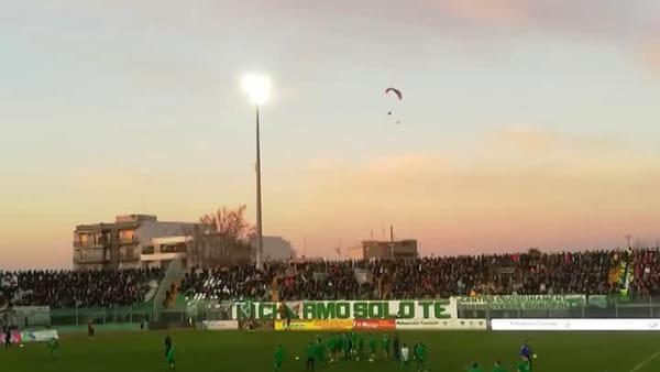 Biancorosso ...dal cielo: tifoso del Bari sorvola lo stadio di Monopoli in parapendio prima della partita