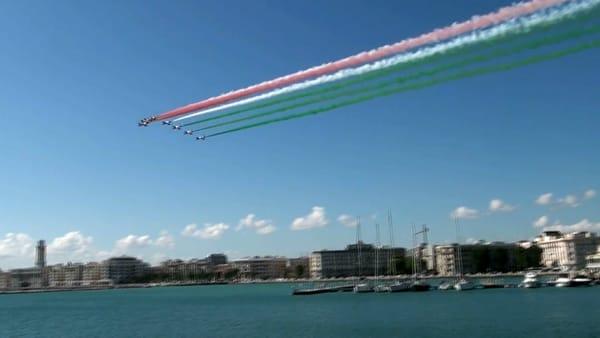 Verde, bianco e rosso sul lungomare di Bari: in un attimo la magia delle Frecce Tricolori