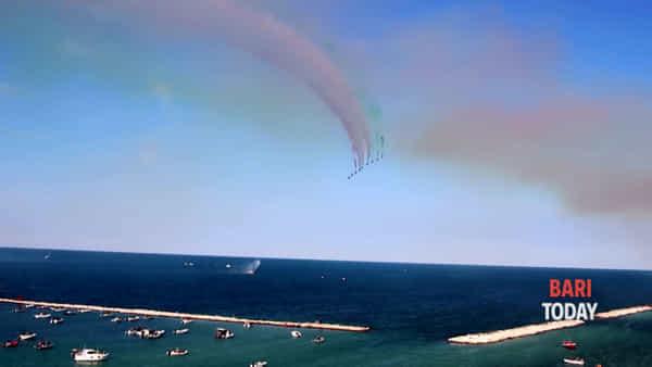 VIDEO | Tutti gli occhi al cielo sul lungomare: lo spettacolo delle Frecce Tricolori