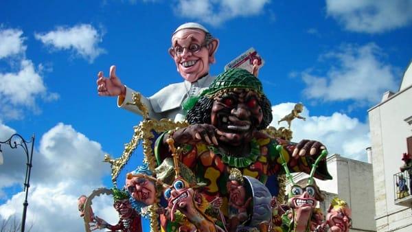 Il week-end con il Carnevale di Putignano: carri allegorici, gruppi mascherati e gastronomia nei bassi del centro storico