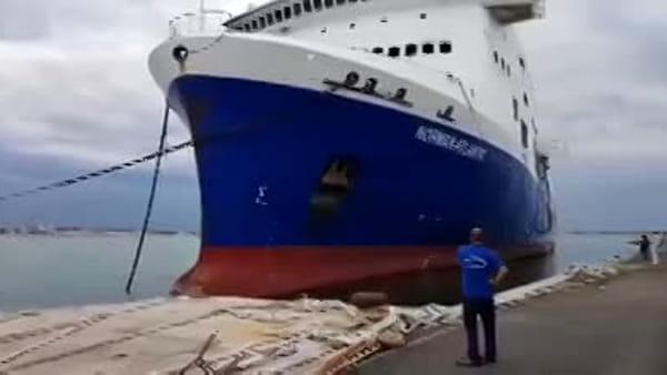 VIDEO | La Norman Atlantic lascia il porto: via il relitto dopo quattro anni