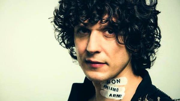 """Ermal Meta incontra i fan alla Feltrinelli di Bari e firma le copie del suo nuovo album """"Non abbiamo armi"""""""