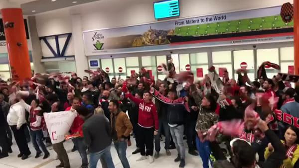 VIDEO   Bari, accoglienza trionfale in aeroporto: centinaia di tifosi in festa per la promozione in Serie C