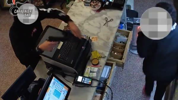 Lei si finge cliente, lui fa irruzione armato: rapinano tabaccheria, incastrati dalle telecamere (e dai tatuaggi)