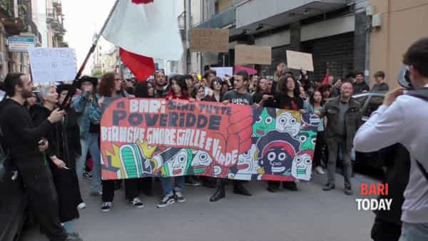 VIDEO | Tra striscioni di protesta e maschere di Zorro, il corteo degli antisalviniani sfila per il centro