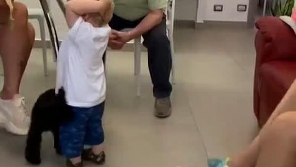 VIDEO | Fedez in vacanza a Monopoli: 'lezioni di barese' al piccolo Leone