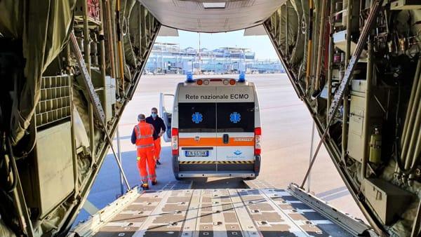 Neonato barese in pericolo di vita, volo speciale dell'Aeronautica per salvarlo: ambulanza imbarcata a bordo per il trasporto a Roma