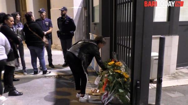 VIDEO | Fiori, ceri accesi e preghiere davanti alla Questura: i baresi omaggiano i due poliziotti uccisi a Trieste