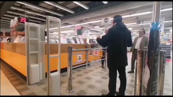 """Blitz di Decaro nell'ipermercato, bacchettati i gestori: """"Con le vostre offerte create assembramenti di persone"""""""